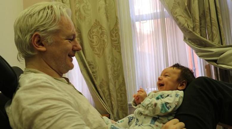 Джулиън Асанж станал татко на две деца, докато се крие