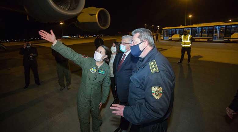Българка пилотира Боинг C-17, който достави предпазни материали от Китай