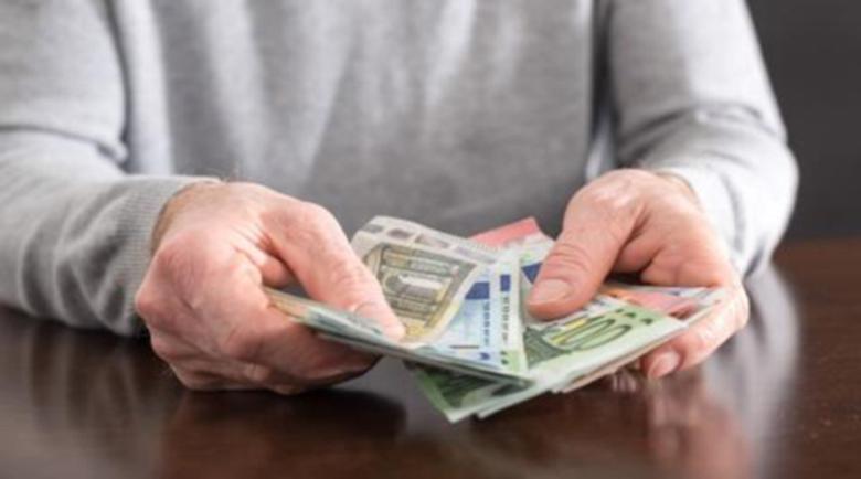 По €600 надбавка отпускат на 165 000 учени в Гърция