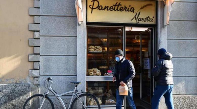 Инспектори контролират разстоянията между клиентите в супермаркетите в Италия