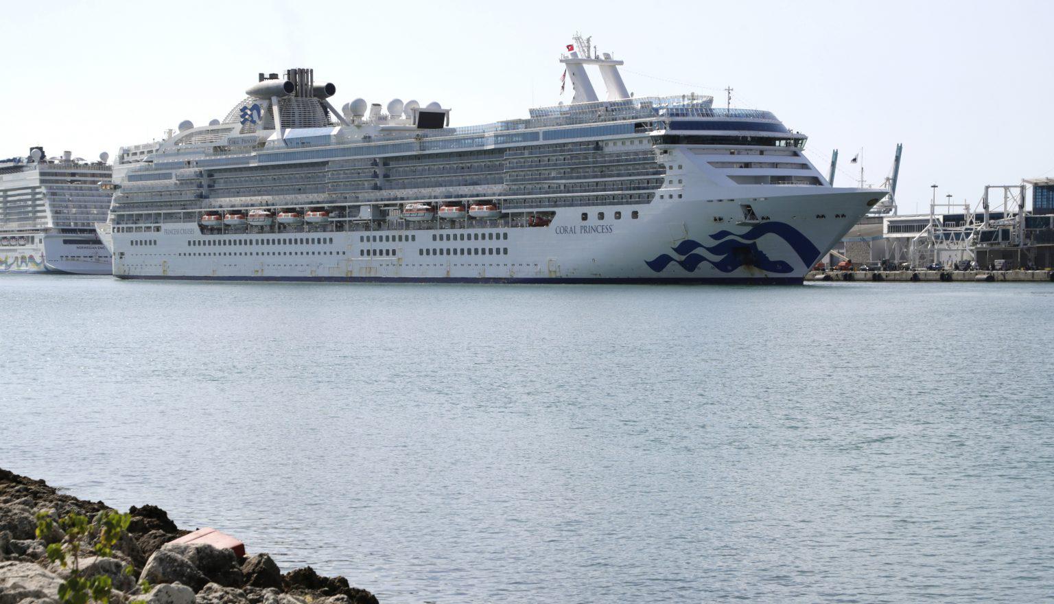 Кораб с починали и заразени от коронавирус акостира в Маями