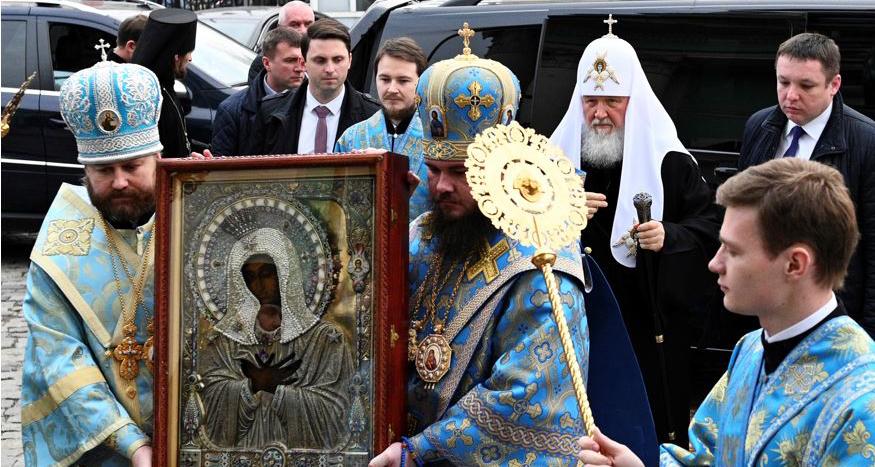 Руският патриарх Кирил обиколи Москва с чудотворна икона за спасение от коронавируса