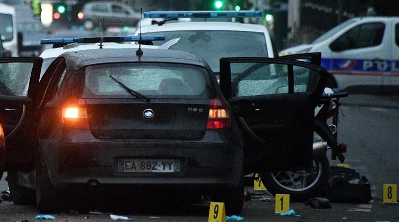 Кола гази полицаи в предградие на Париж