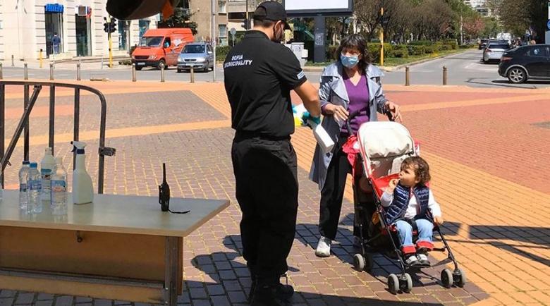 На разходка в парка: Децата дисциплинирани, кучкарите и спортуващите – не