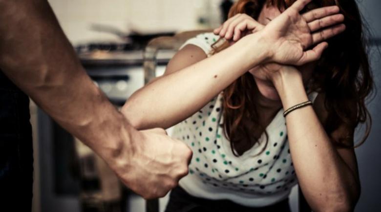 След семеен скандал! Мъж опря нож в гърлото на жена си: Ще те убия!