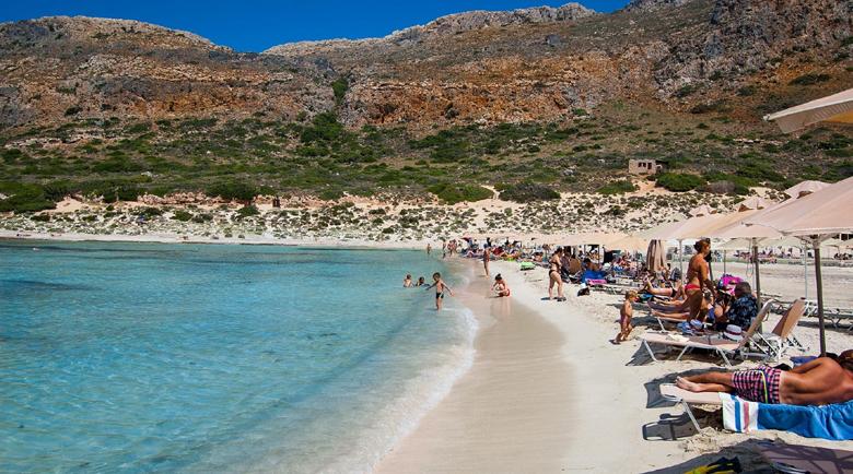 Над 500 плажа отвориха в Гърция, напълниха морските ивици