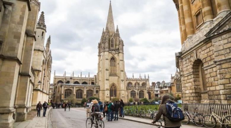 Лондон вдига таксите на университетите за граждани на ЕС от догодина