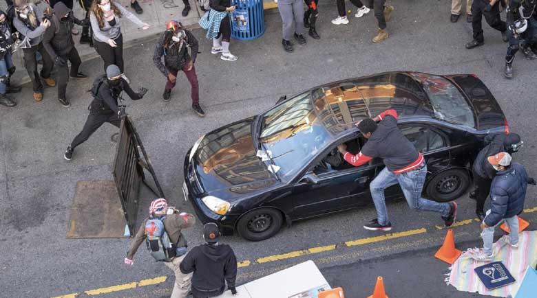 Няма край! Автомобил се заби в протестиращи в Сиатъл, водачът откри стрелба