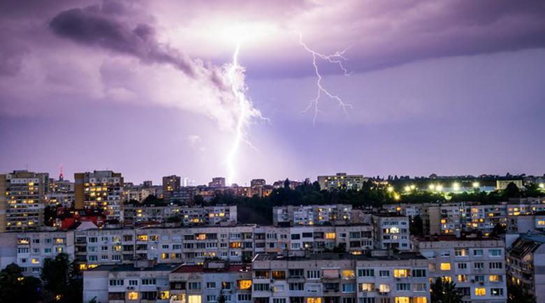 Поройни дъждове удариха страната със cилeн вятър и гръмoтeвици