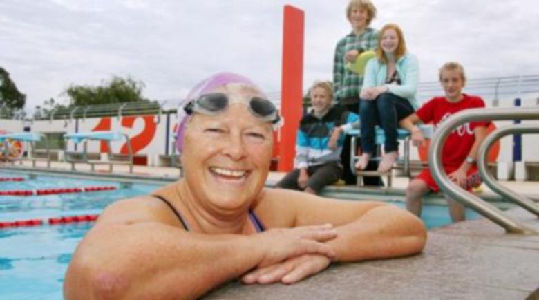 Англия отваря басейните и спортните зали