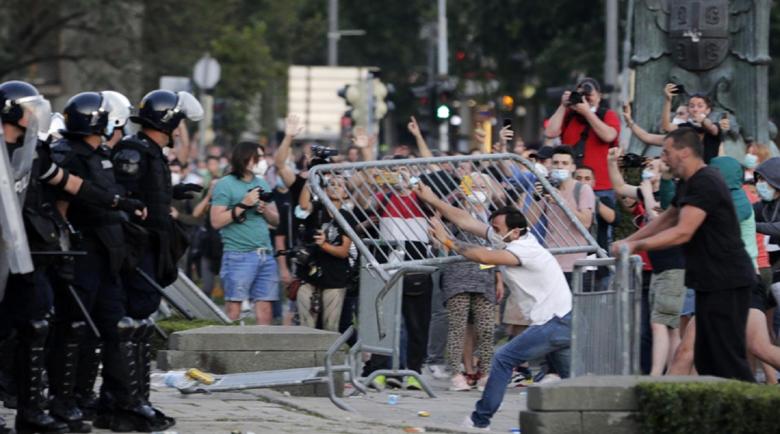 Сърбите не са като нас! Ранени журналисти, полицаи и политици заради мерките за Covid-19