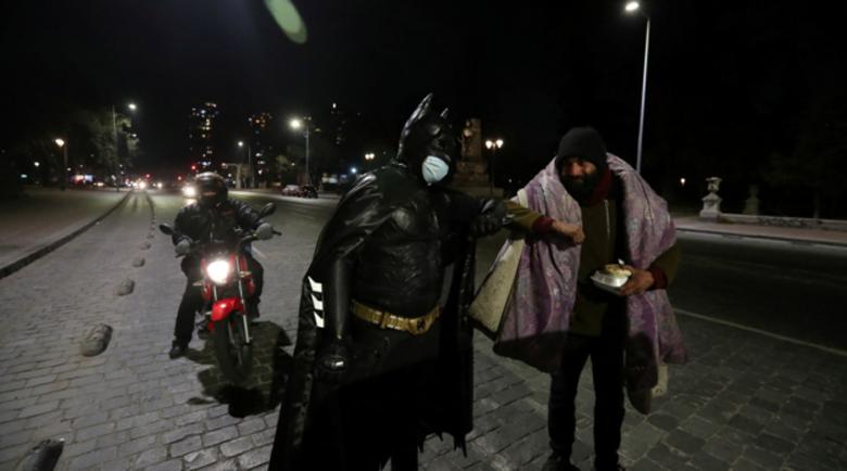 Батман раздава храна на бездомници в Чили