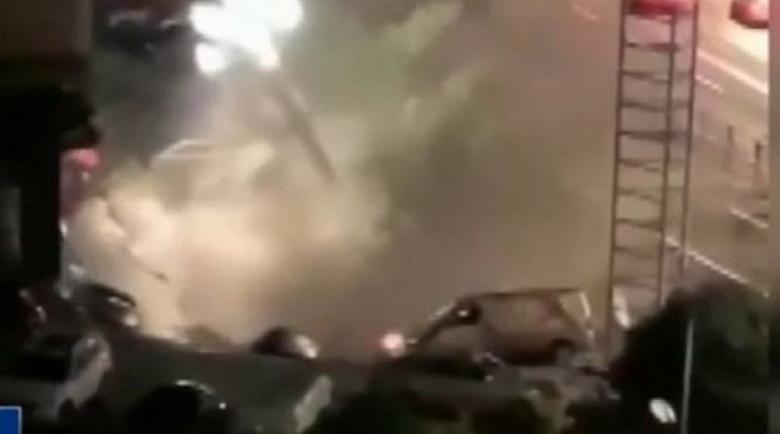 Кошмар: Път пропадна и погълна 21 автомобила