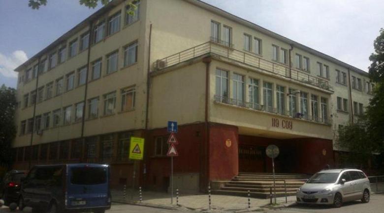 Слагат изолационни кабини за заразени с COVID-19 пред училищата
