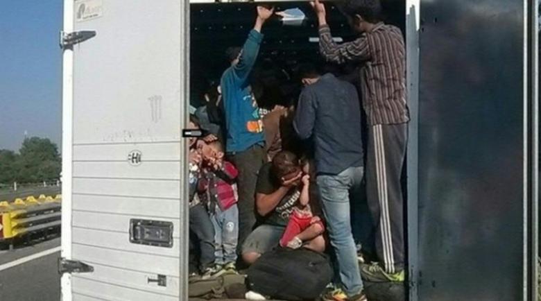 Спасиха 38 бежанци от хладилен камион в Австрия