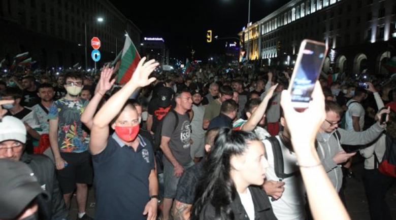 Полицай с метален бокс налага протестиращи! Над 60 задържани, разтуриха Орлов мост