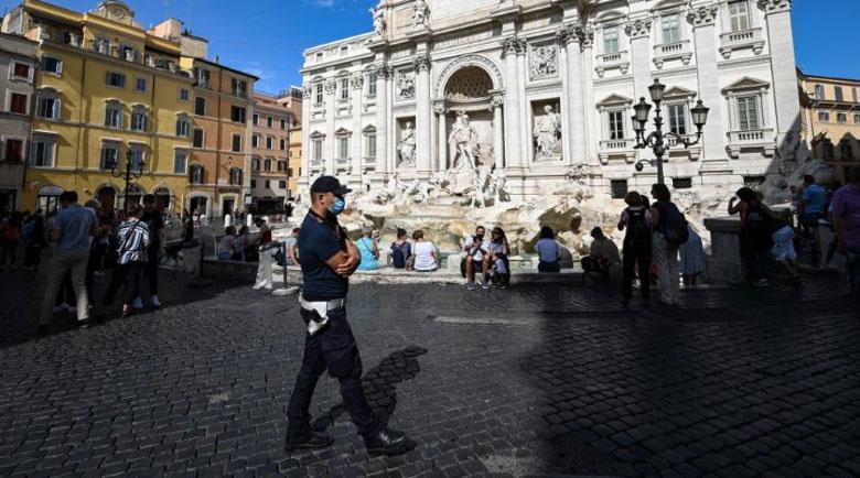 Без маски на открито в Италия от днес