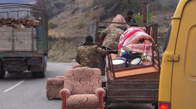 Арменците изпепеляват всичко след себе си в Нагорни Карабах