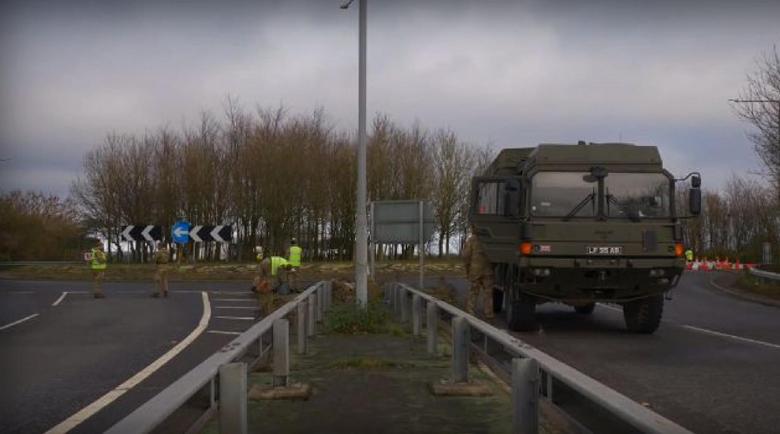 Войници помагат при задръстването от камиони край Дувър