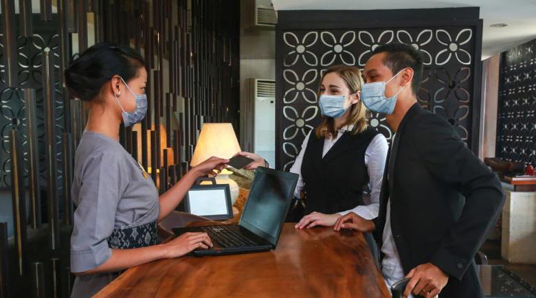 Евтина ваканция в чужбина: Хотелите свалят цени и плащат PCR тест на гостите