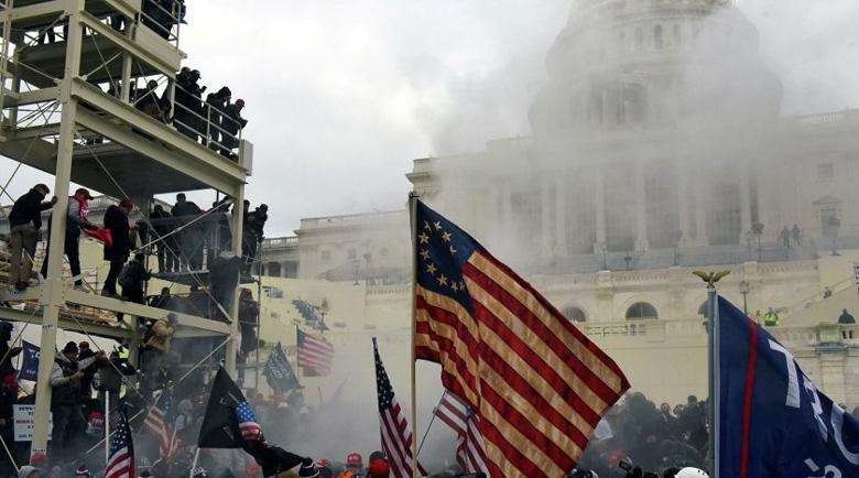 Четирима души са загинали по време на щурма на протестиращи срещу Капитолия