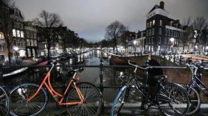 Нидерландия остава с полицейски час до 15 март