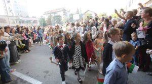 Първолаци бият 10 км до училище, деца от крайните квартали пълнят центъра