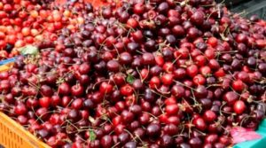 Черешите заковаха 30 лв. килото, гръцки ябълки заляха пазара