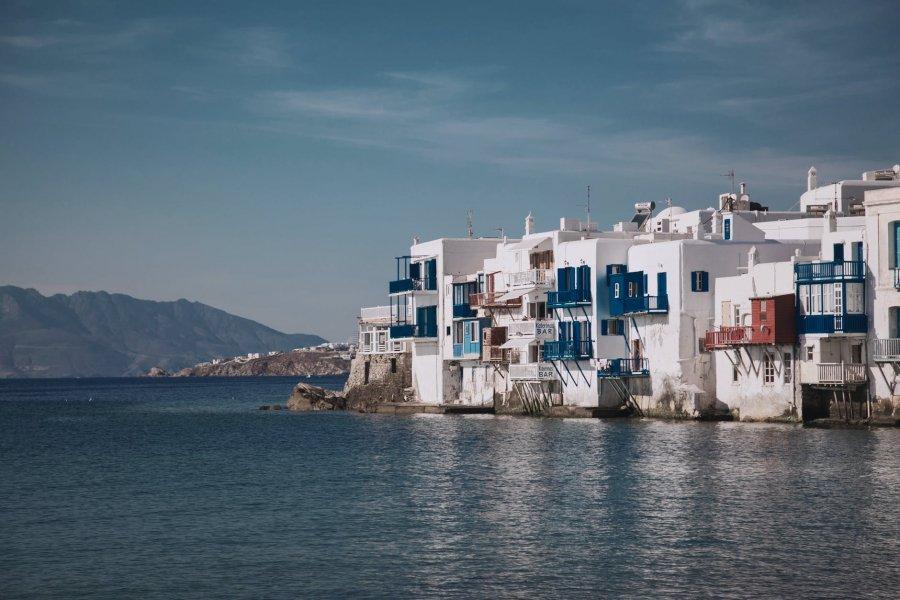Овладяха ситуацията на остров Миконос, притесненията остават