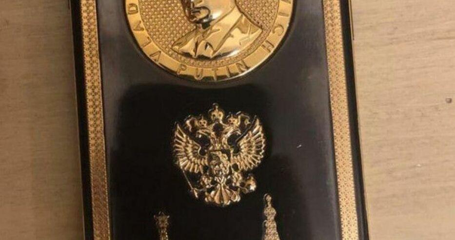 Уникален златен телефон с лика на Путин откриха в Брендо