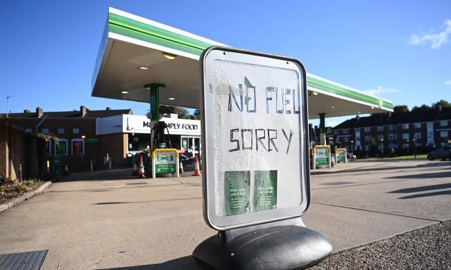 Армията помага за снабдяването с горива в Англия