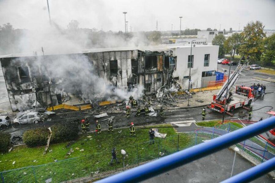 Туристически самолет с осем души на борда е паднал в Милано.