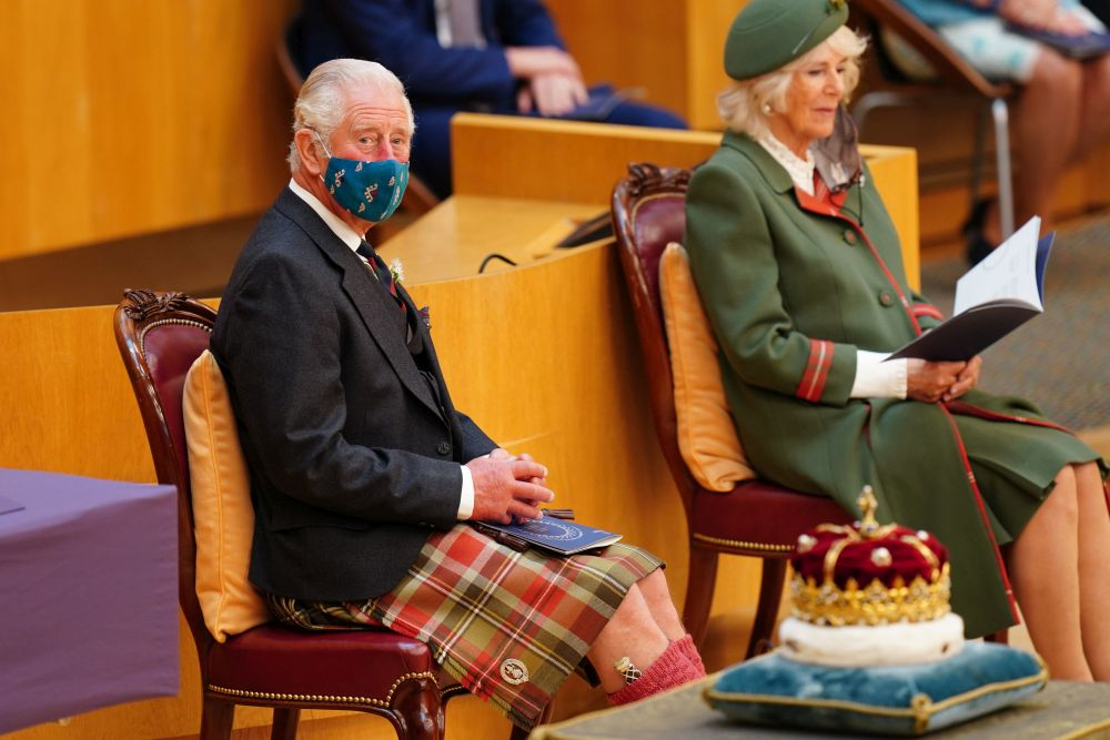 В името на традицията: Принц Чарлз облече пола за откриването на шотландския парламент